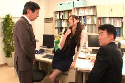 Hot babe Ameri Ichinose performs extreme double blowjob